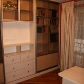 В комнате стоит очень стильная по цвету и эксплуатации мебель
