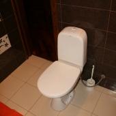 Отдельная фотография унитаза для общего понимания расположения вещей по ванной комнате