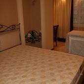 А вот там за кроватью начинается зона балкона, совмещенная с основной комнатой