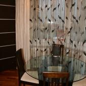 Там же у окна стоит стол для гостей