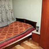 Кровать в углу у окна на Теплом Стане 11к1