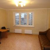 В большой комнате стол и диван, всё что нужно для работы на дому!
