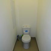 Далее из кухни по коридору: санузел и унитаз в нем