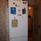 На кухне, на углу стоит холодильник