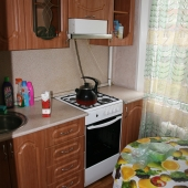 Заходим в кухню и видим газовую плиту и вытяжку