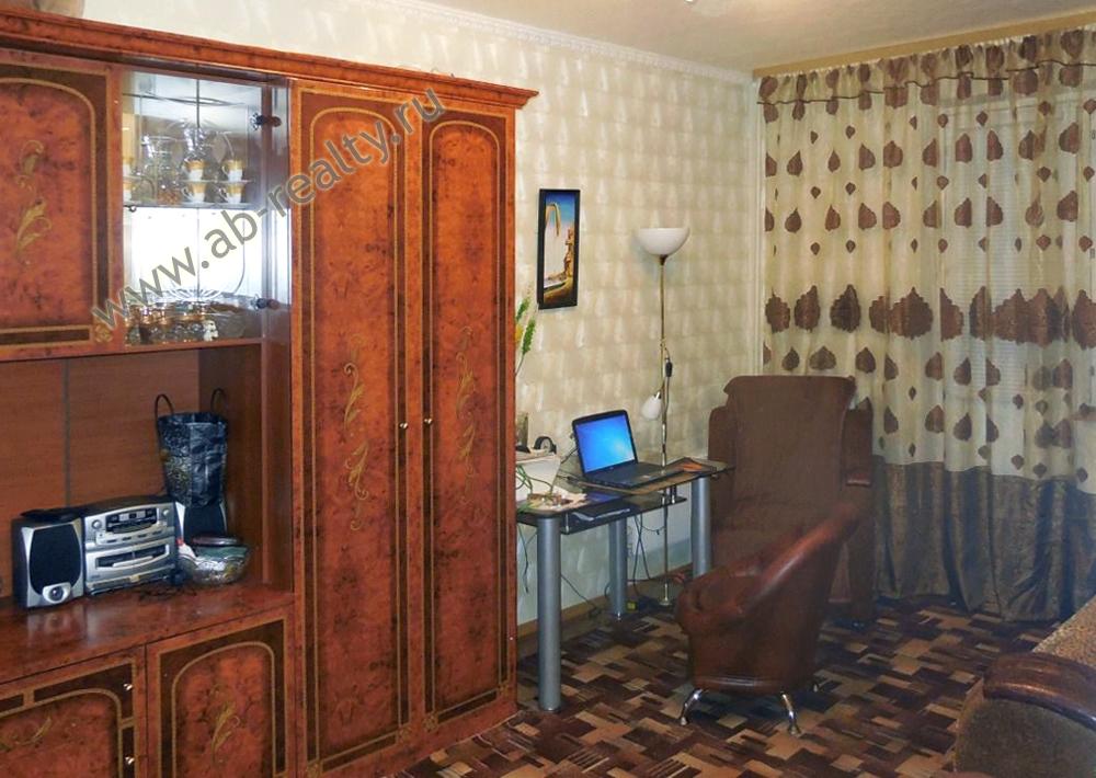 Первая комната в этой квартире с хорошей достойной мебелью