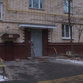 Внешний вид дома и вход в подъезд по улице Крупской д8к1