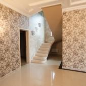 Посмотрите какая уютная гостиная в этом доме в Хлопово. Находится на 1 этаже, а сам дом двухэтажный.