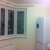 Более подробная фотография с холодильником (Индезит) и окном-эркером. Очень необычно и здорово получается, когда заходишь на кухню!