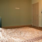 Напротив кровати небольшой гардеробчик и сложенные вещи