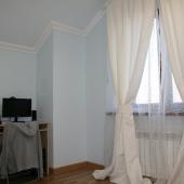 Нежные голубые тона стен в этой комнате