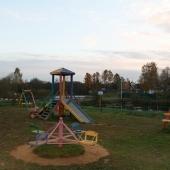 Рядом есть детская площадка