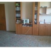 Есть офисные комнаты по площади 100 квадратов с мебелью и отоплением.