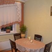 Напротив кухонной стенки стоит такой уютный столик, покрытый уютной скатертью