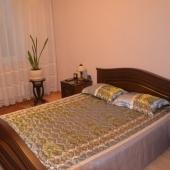 Теперь наш просмотр квартиры переходит в спальню. Широкая удобная кровать.