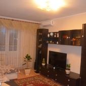 Там стенка и телевизор. По площади 20 метров получается комната.
