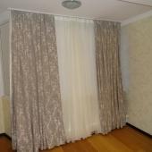 Там в комнате есть такой закуток перед окнами