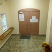 Под конец осмотра арендной квартиры на ул. Радужной, дом № 8 - чистый опрятный подъезд!