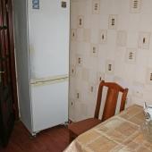 В другом углу есть холодильник