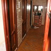 Перемещаемся в коридор, где шкаф и двери в санузел