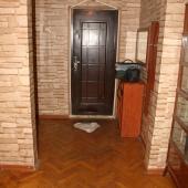 На этой фотографии мы стоим в холле и смотрим на входную дверь