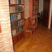 Это шкафы книжные в холле