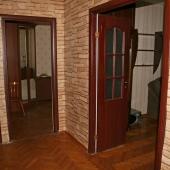 Ближайшая дверь ведет в одну из комнат - она самая большая. Площадь 20 метров.