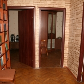 А 2 дальние двери ведут в оставшиеся маленькие комнаты по 15 метров площадью каждая