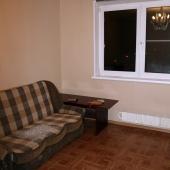 Напротив стенки есть диван, раскладной