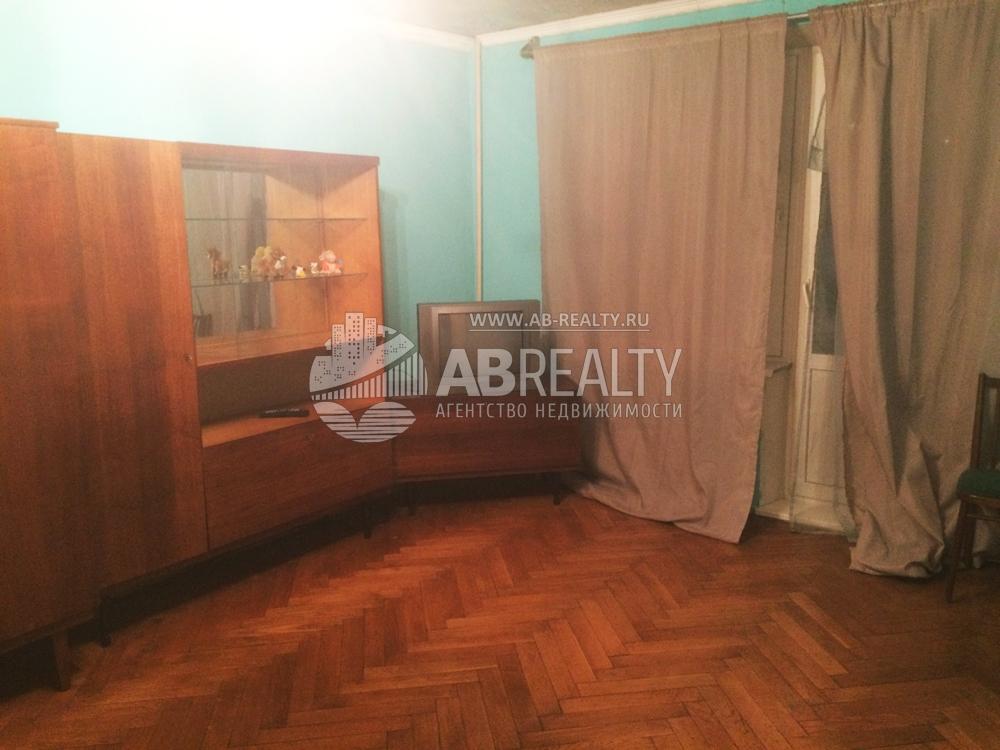 Это основная жилая комната в 1-комн. квартире на ул. Берзарина. Она сдается в аренду.