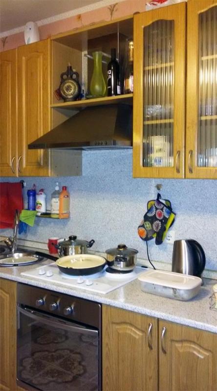 Это просторная кухня в 2-х комнатной квартире на ул. Академика Анохина, д. 9 к. 1. Площадь кухни 9,5 метров.