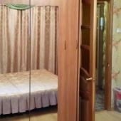 Рядом с кроватью есть гардеробный шкаф