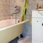 Аккуратный, раздельный, с приемлемым ремонтом - ванна, умывальник