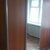 У шкафа есть зеркальные грани