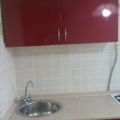 На кухне современная мебель, как можете видеть. Это в Очаково.