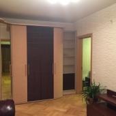 Есть ТВ и стенка со встроенным шкафом-купе