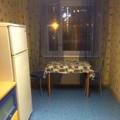 На кухне места много, но у стола пока стоят 2 стула