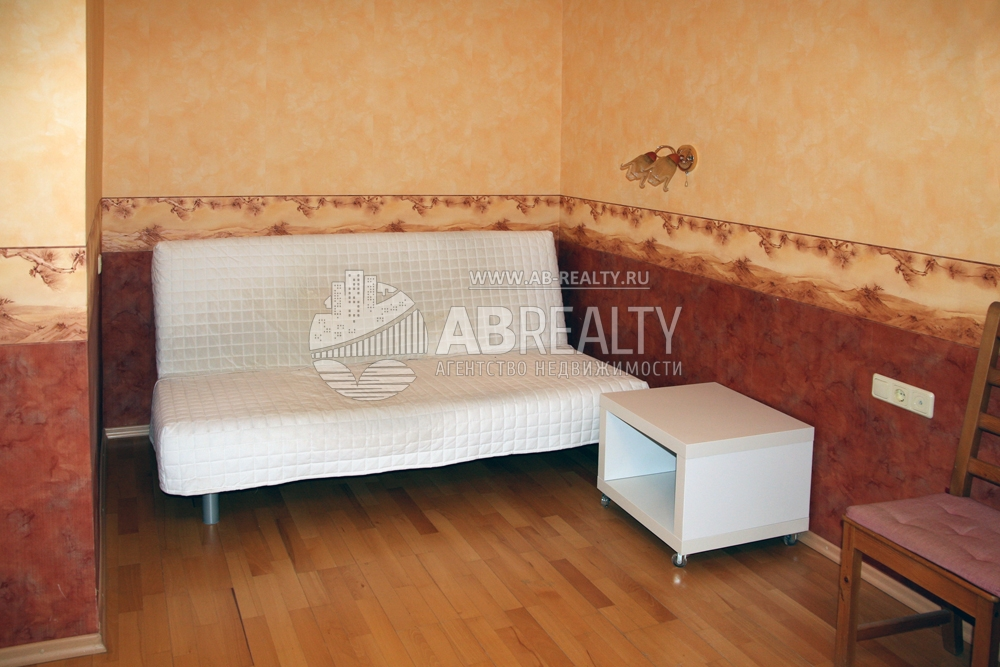 Стильный белый диван и тумбочка в квартире на Самора Машела