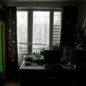 Окна комнаты выходят как бы назад, в другой двор