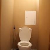 аккуратный чистый туалет с ровными стенами