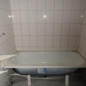 Ванная комната - там только ванна пока установлена и разводка воды под краны