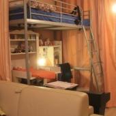 Вот диван делит комнату с занавесками на 2 части