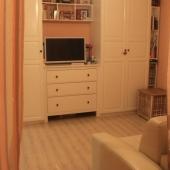 Диван смотрит прямиком на стенку с телевизором