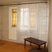 В комнате есть балкон, который застеклен