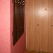 На стене вешалка для одежды первой очереди