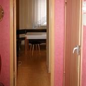 Проход на кухню и дверь в санузел, вернее ее часть