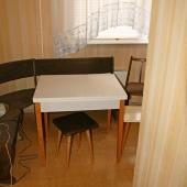 На кухне размещается стол и кухонный уголок