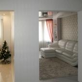 Когда входите в квартиру, вы можете увидеть светлую кухню и гостиную