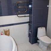 Ванную установили довольно большую для совмещенного санузла