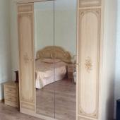 В комнате стоит такой зеркальный шкаф для одежды